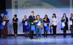 Дмитрий Новицкий вручает диплом Елене Чарыковой