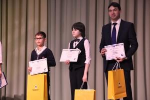 Александр Мирошниченко, Уватнефтегаз, награждает финалистов