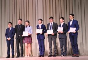 Предсатвители Школы инженерного резерва ТИУ награждают финалистов форума