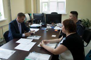руководитель приемной комиссии В. Шитый консультирует абитуриентов