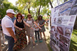 Александр Моор, Светлана Капелева, Вероника Ефремова осматривают выставку ТИУ