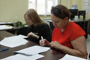 Софья Кадочникова с мамой знакомятся с условиями договора