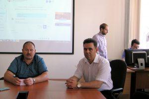 Наблюдатель приемной комиссии и начальник ОЭОДТ ИДДО контролируют проведение скайп-экзамена