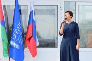Директор ТИИ Людмила Останина поздравляет первокурсников с началом нового учебного года