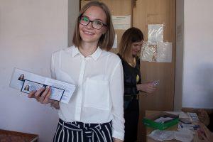 Первокурсница с зачетной книжкой и студенческим билетом