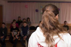 """Первая поездка в """"Горизонт"""". День птиц. Екатерина Сыроватка рассказывает детям о птицах, которые обитают в наших краях."""