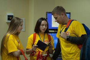 Школьники со студентом- волонтером фестиваля, студентов кафедры БИМ ТИУ