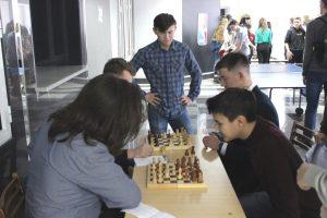 Школьники в ТИУ сыграли в шахматы