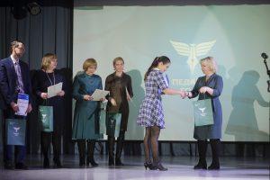 Людмила Габышева вручает награду Наталье Литвиновой