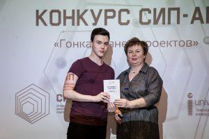 Вероника Васильевна вручает сертификаты участников