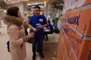 Аршавир Овеян общается с участницей акции