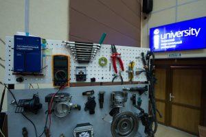 Макет-стенд с компьютерным обеспечением по теме «Электронные системы управления двигателем автомобиля» представили обучающиеся Политехнического отделения МПК ТИУ