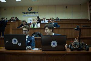 Справа прототип беспилотного автомобиля 4-го уровня Захара Кадолова и Семена Паненкова