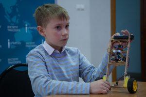 Третьеклассник школы №15 Миша Спиридонов представил балансирующего робота