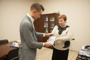 Вероника Васильевна дарит книгу молодому ученому Льву Максимову
