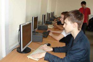 Школьники на мастер-классе по созданию сайта