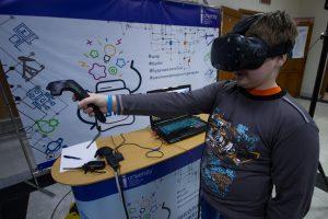 На площадке Школы инженерного резерва можно было примерить очки виртуальной реальности