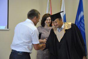 Директор ИДДО Юрий Фролов вручает диплом Андрею Хафизову