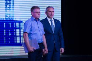 Александр Моор вручает награду