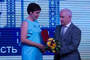 Сергей Корепанов награждает