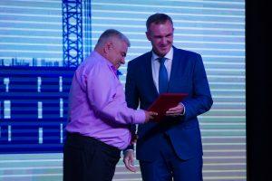 Руслан Кухарук вручает награду