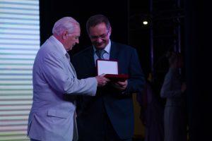 Игорь Спиридонов вручает заслуженную награду
