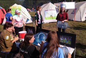 Бойцы учат жюри конкурса целинных лагерей правильно болеть на футбольном матче