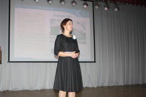 Людмила Васильевна Останина, директор Тобольского индустриального проводит лекцию для первокурсников