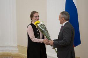 Александр Моор вручает удостоверение именного стипендиата Алисе Коловой