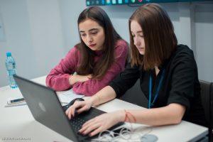 Анастасия Нечеса и Елизавета Осипова над заданием по экономике