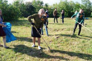 Мария Корнилова и Павел Устинов (справа) на уборке сухой травы