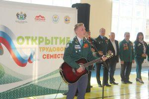 "Комиссар СОО ""Олимп"" Александр Скиба исполняет песню ""Мы-РСО"""