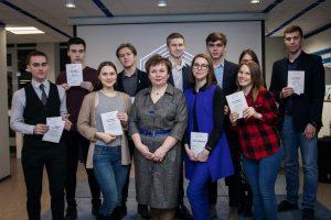 Глава ТИУ Вероника Ефремова со студентами