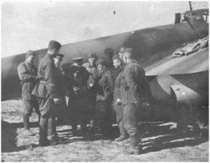 Курсанты ВАШП обсуждают полёты у бомбардировщика Пе-2