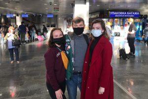 """В аэропорту перед отлетом на целину Никита Ильченко и девушки из отряда """"Стрела"""""""