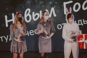Конкурс на лучший новогодний костюм. в середине - победитель, боец ССО «Веста» Екатерина Никитенко, представившая наряд Снежной королевы