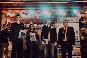 Владимир Калинин вручает награды от Союза строителей