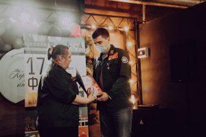 Анастасия Досхоева вручает награду Антону Ядрышникову